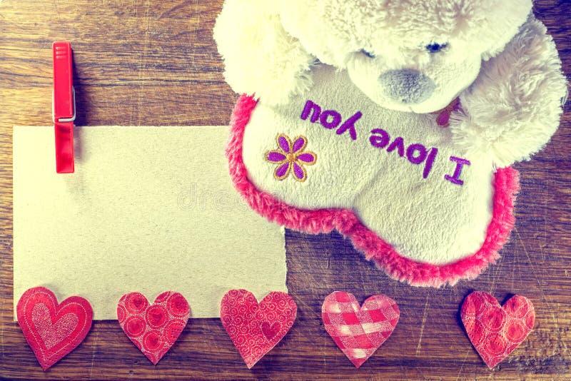 Rose roja Teddy Bear Loving lindo con los corazones rojos que se sientan solamente vendimia imágenes de archivo libres de regalías