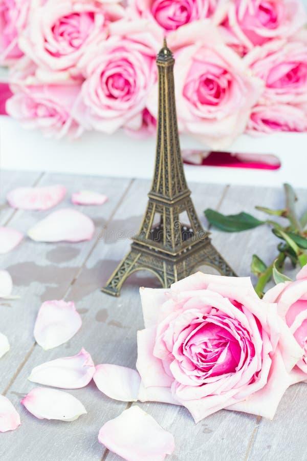 Rose rosa con il giro di Eiffel sulla tavola immagini stock libere da diritti