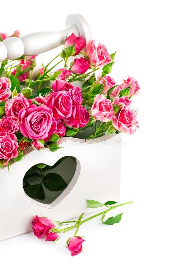 Rose rosa del mazzo in canestro di legno fotografia stock