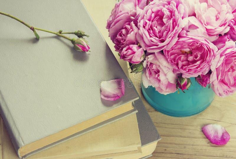 Rose rosa in vaso, libri Giorno degli insegnanti Letteratura romantica fotografia stock libera da diritti