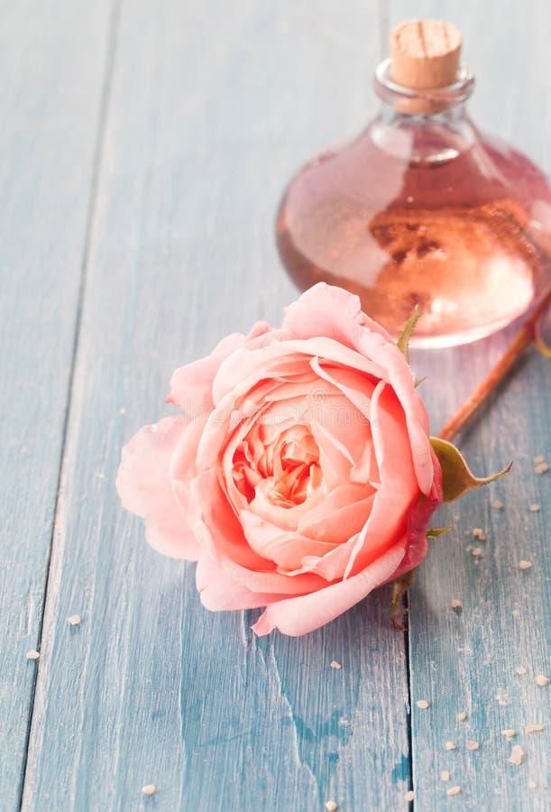 Rose rose sensible avec la bouteille d'huile aromatique images stock