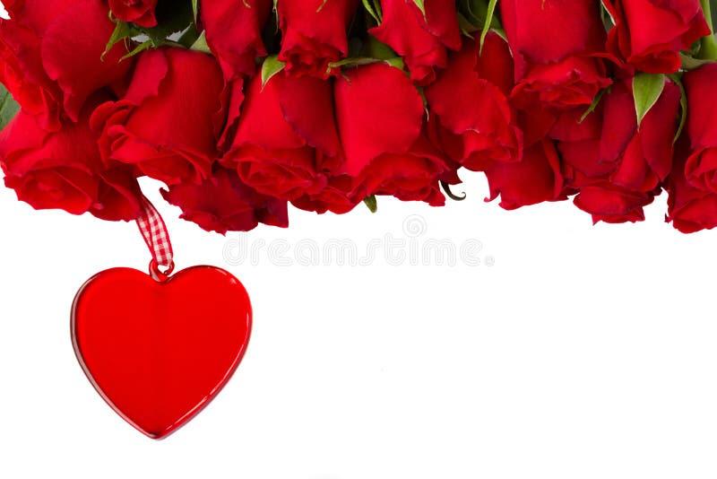 Rose rosse con cuore d'attaccatura fotografia stock libera da diritti