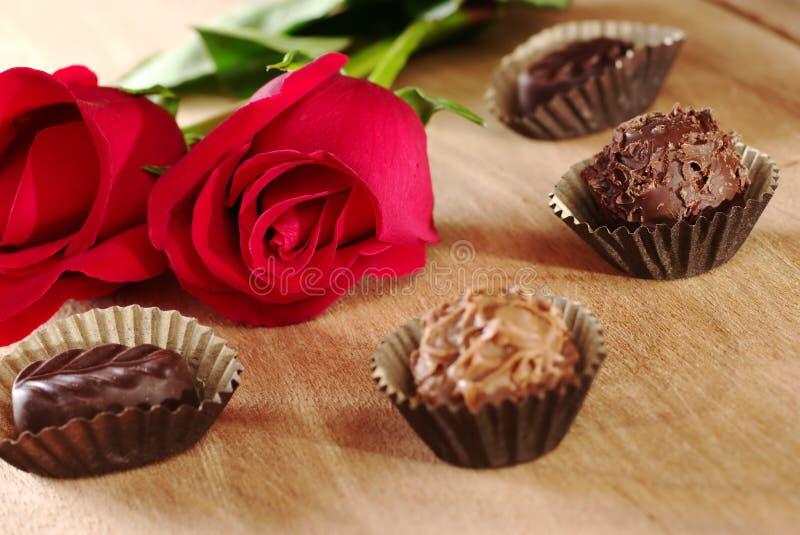 Rose rosse con i tartufi fotografia stock libera da diritti