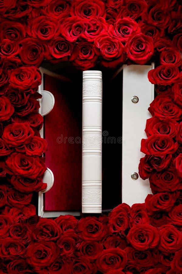 Rose rosse con il libro bianco fotografia stock libera da diritti
