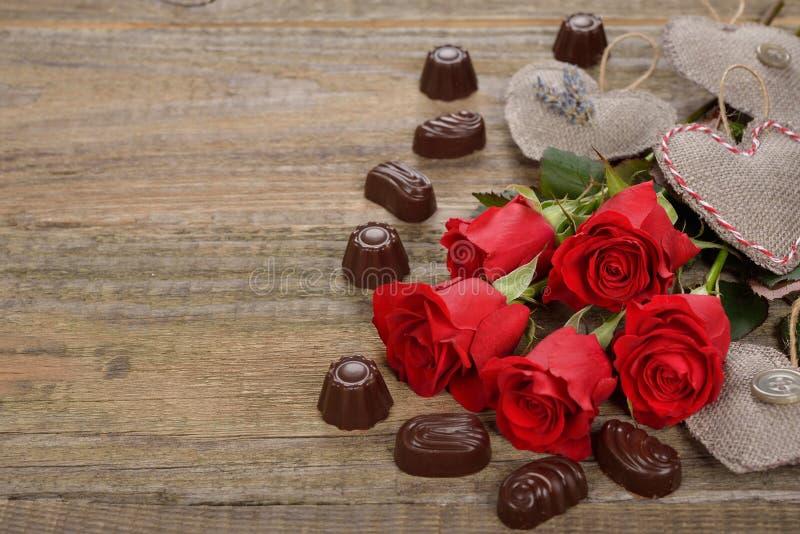 Rose rosse e cioccolato immagini stock