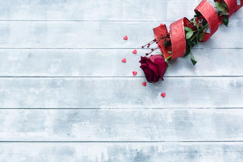 Rose rosse per il giorno di biglietti di S immagine stock