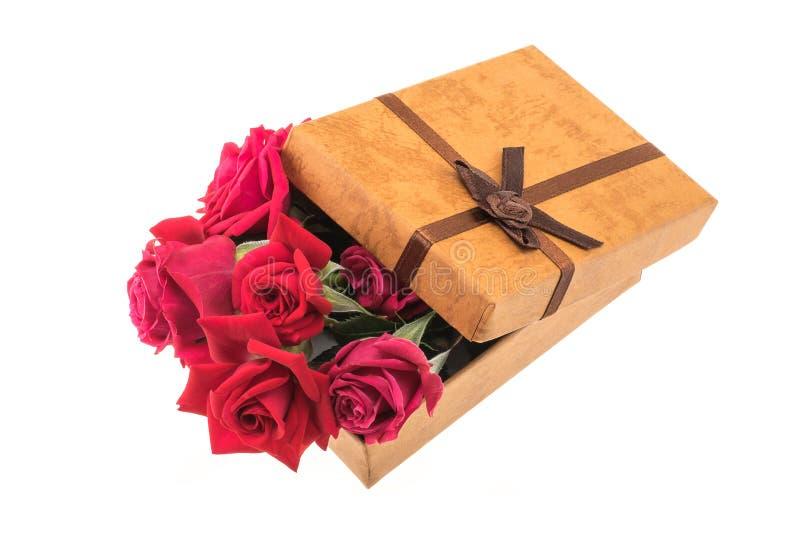 Rose rosse in un contenitore di regalo immagini stock