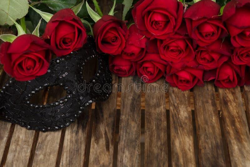 Rose rosso scuro sulla tavola fotografie stock
