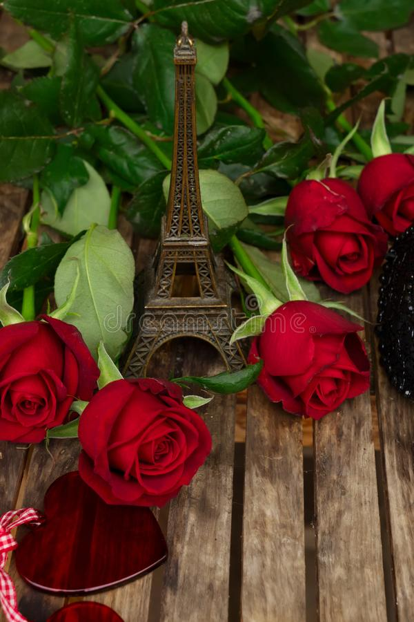 Rose rosso scuro sulla tavola immagini stock