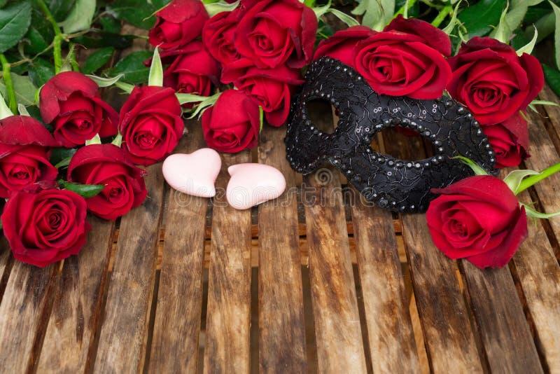 Rose rosso scuro sulla tavola fotografia stock libera da diritti