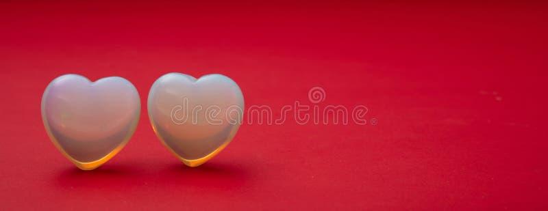 Rose rouge Vue supérieure des coeurs en verre bleu-clair, fond rouge photo libre de droits