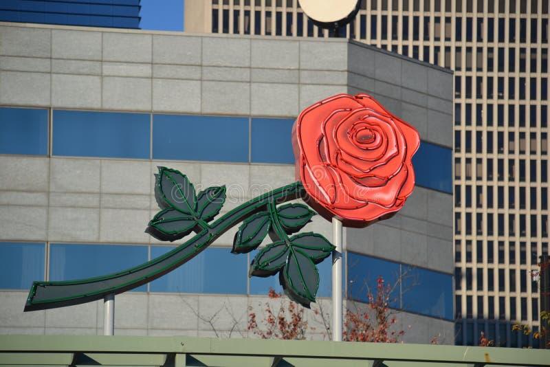 Rose Sign på byggnad i Portland, Oregon royaltyfri bild