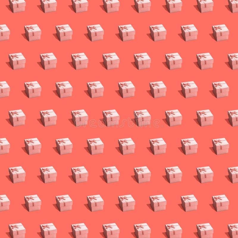Rose stellt Kästen auf pantone Hintergrund dar stockbilder