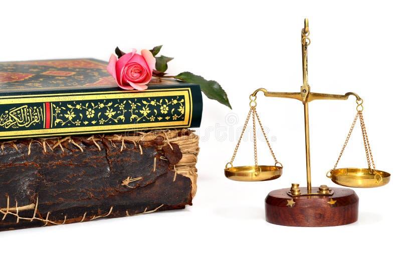 Rose sur un livre et des échelles de justice au-dessus du fond blanc photo stock