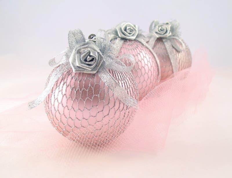 Rose trois avec la sphère argentée pour l'arbre de Noël photos libres de droits