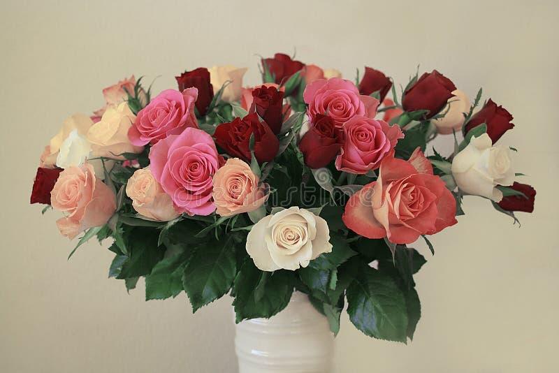 Rose in un vaso fotografia stock