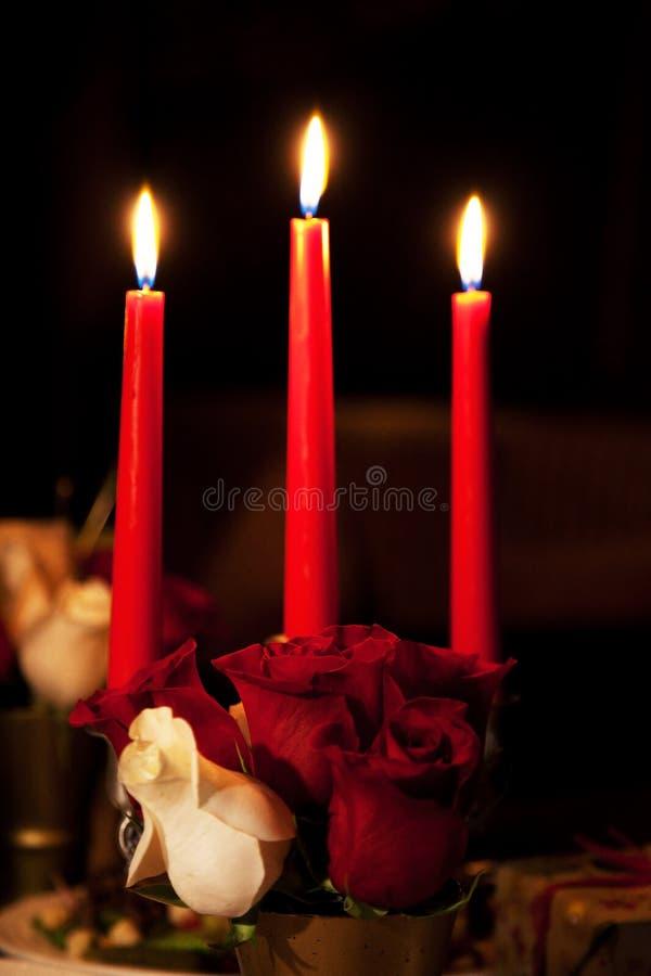 Rose und drei Kerzen lizenzfreie stockfotografie