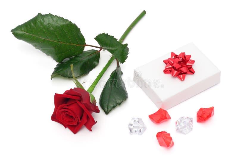 Rose und Geschenk stockfotografie