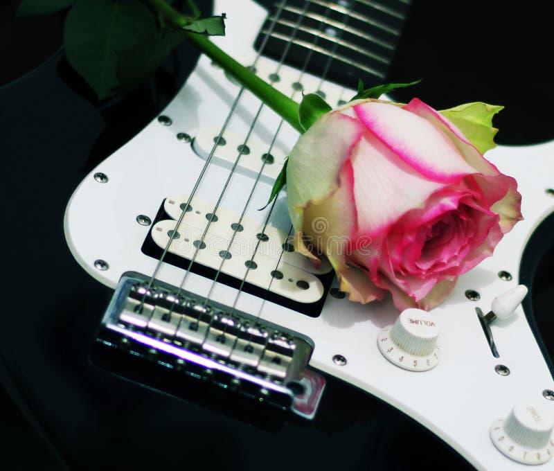 Rose und Gitarre lizenzfreies stockfoto