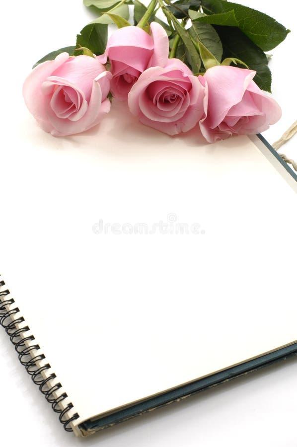 Rose und Notizbuch lizenzfreies stockfoto