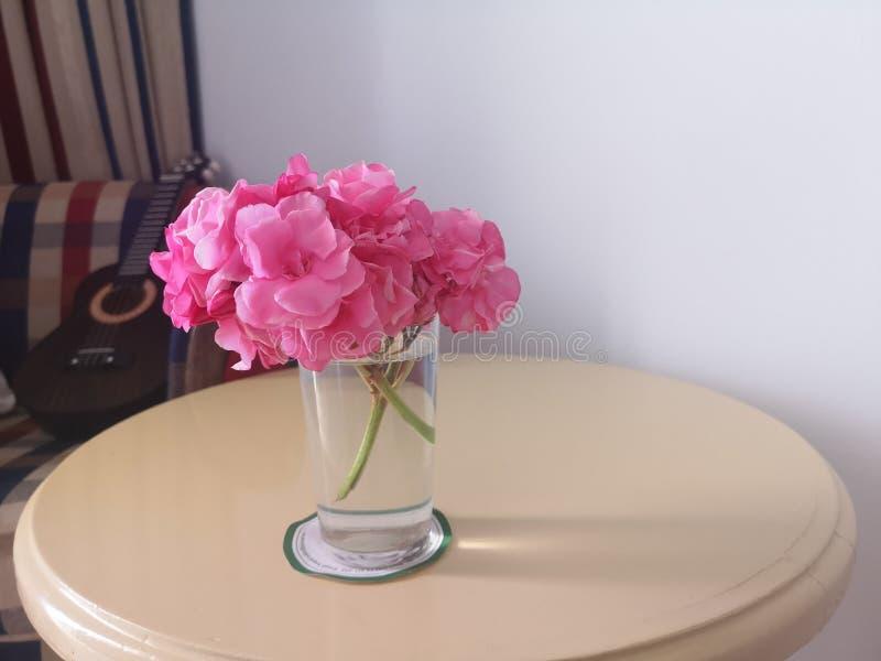 Rose variopinte del taglio in un vaso fotografia stock