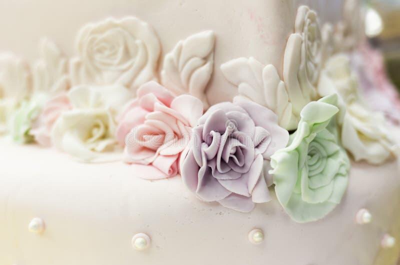 Rose variopinte della caramella su un dolce immagine stock libera da diritti