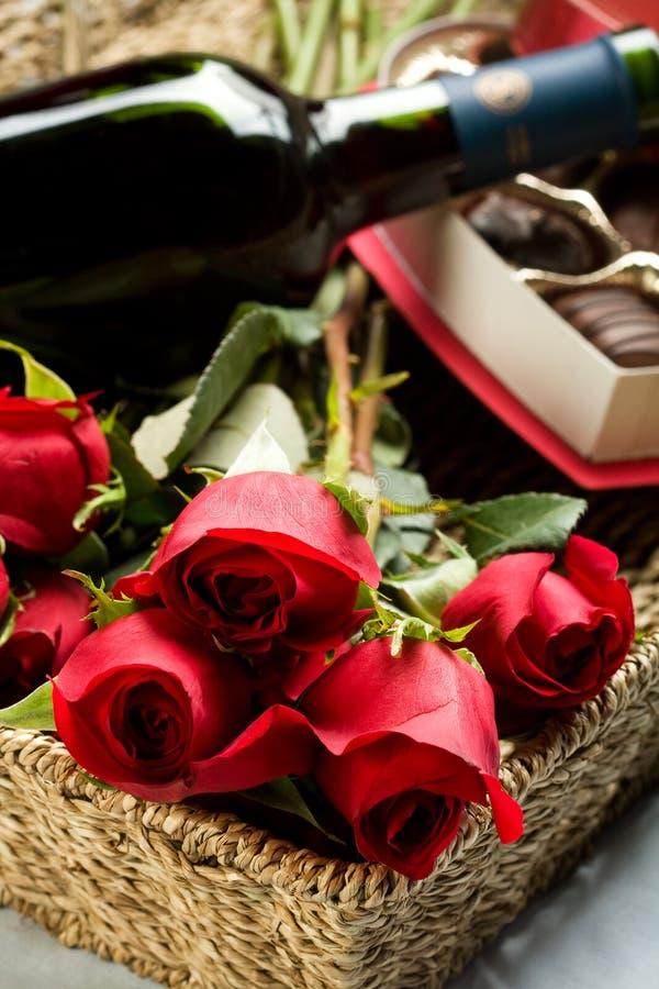 Rose, vino e cioccolato fotografia stock
