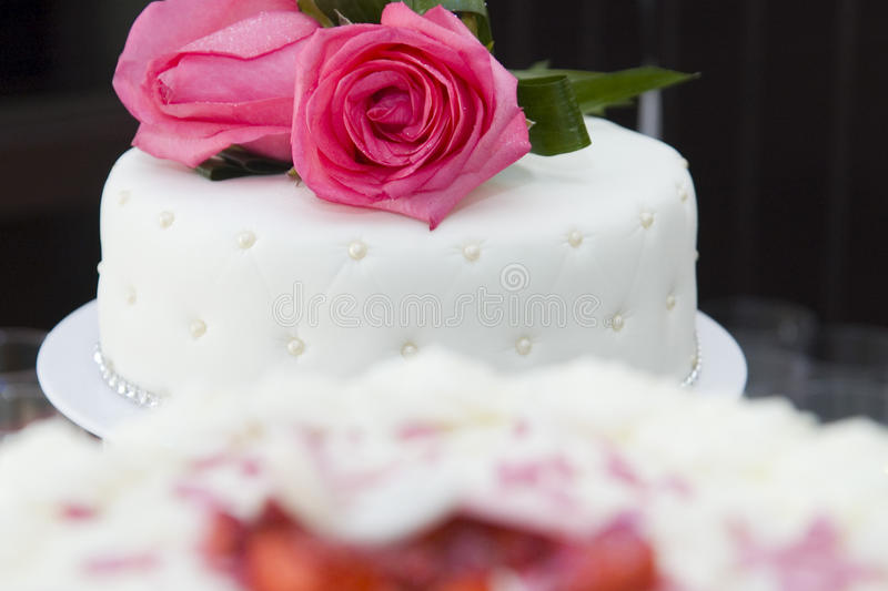 Rose Wedding Cake branca imagem de stock royalty free