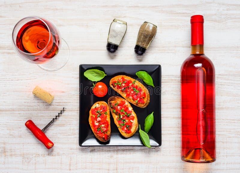 Rose Wine avec la bruschette dans la vue supérieure photographie stock libre de droits