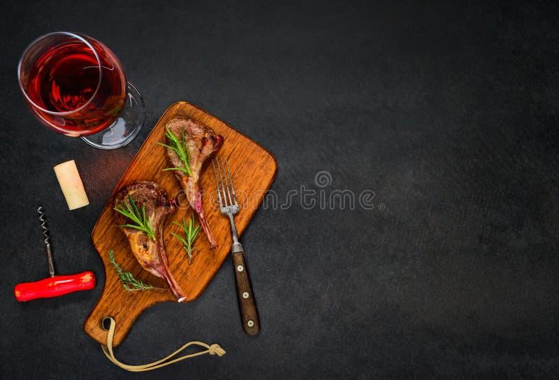 Rose Wine de vidro com bife do cordeiro no espaço da cópia imagem de stock royalty free