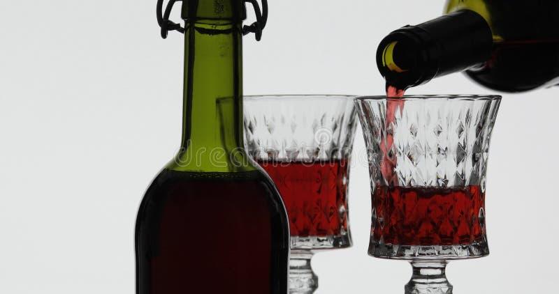 Rose Wine El vino tinto vierte la copa de vino sobre el fondo blanco imágenes de archivo libres de regalías