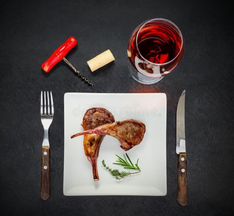 Rose Wine Glass mit gegrilltem Steak lizenzfreie stockfotos