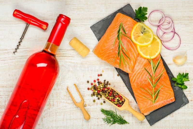 Rose Wine med Salmon Fillet och matlagningkryddor royaltyfri fotografi