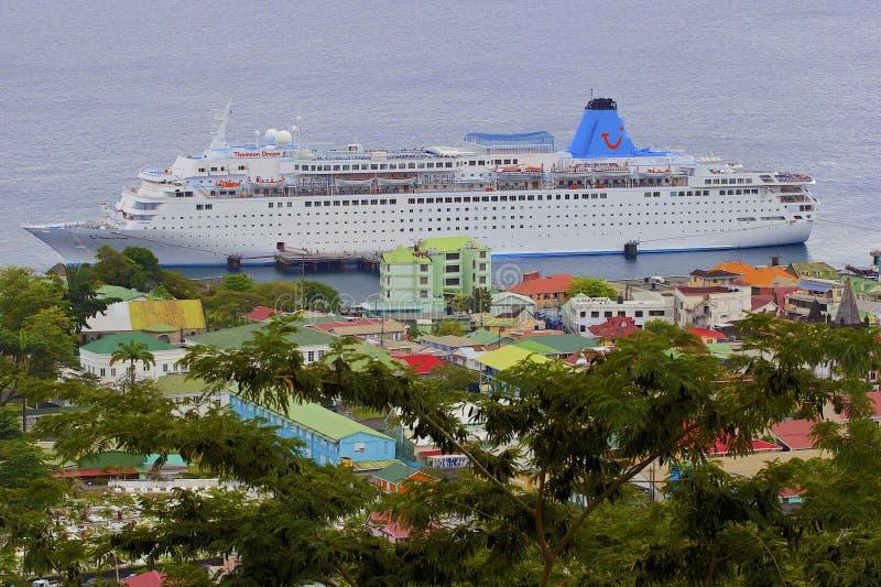 Roseau i Dominica med ett kryssningskepp i port royaltyfria bilder
