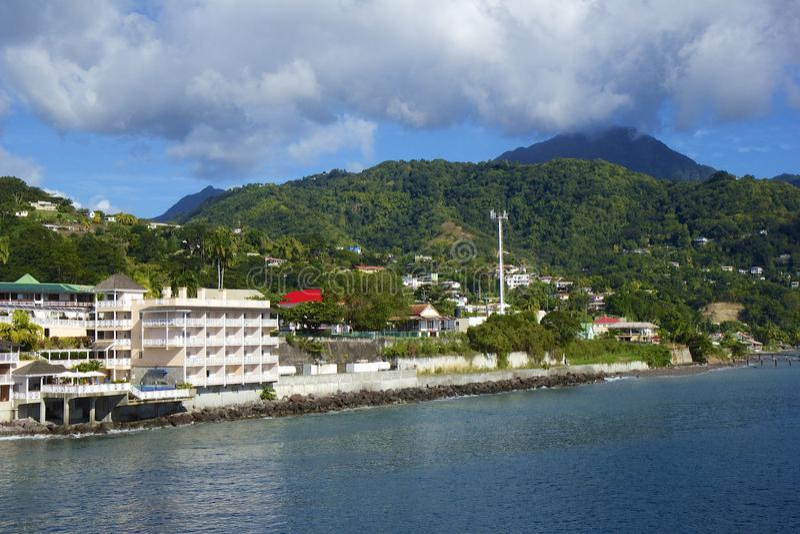 Roseauwaterkant in Caraïbisch Dominica, stock afbeeldingen