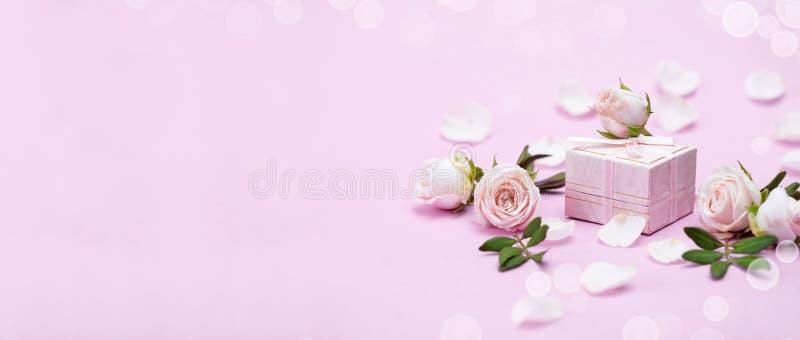 Rosebuds, bloemblaadjes, giftdoos op een roze achtergrond Concept voor een groetkaart Huwelijken, de Dag van Valentine, Verjaarda royalty-vrije stock foto