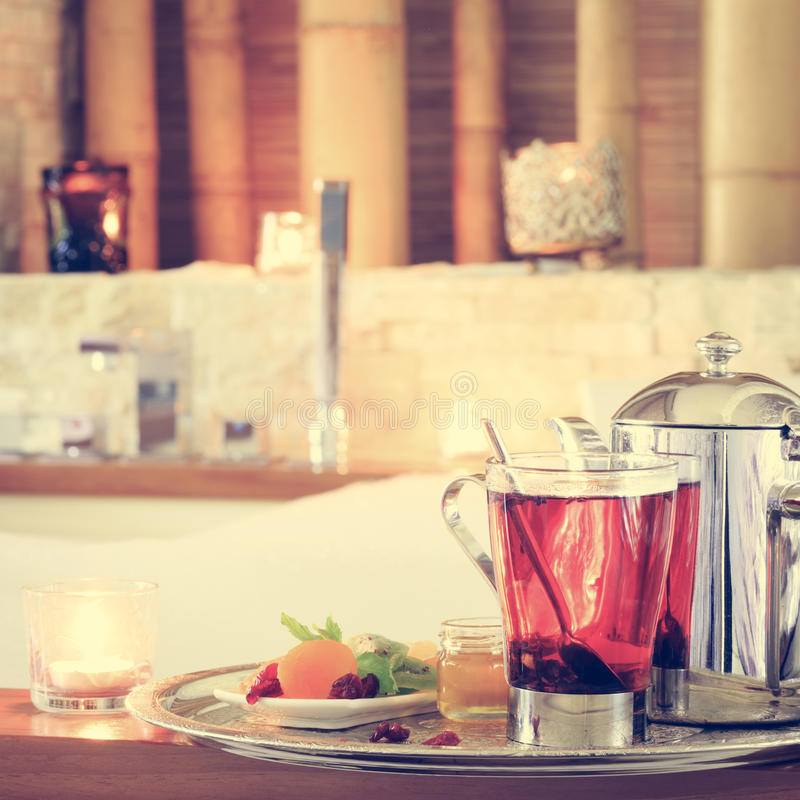 Rosehip τσάι κοντά στο τζακούζι όπως η ανασκόπηση είναι μπορεί χρησιμοποιημένοι κάρτα βαλεντίνοι Ρωμανική έννοια στοκ φωτογραφία με δικαίωμα ελεύθερης χρήσης