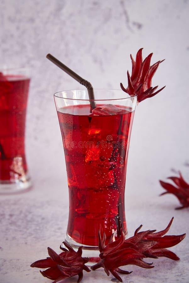 Roselle sok, Tradycyjny Tajlandzki Ziołowy Zimny Miękki napój I Dekorujący Świeżym Roselle zdjęcia royalty free