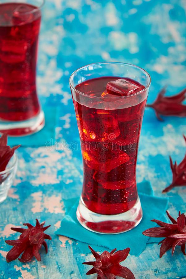 Roselle sok, Tradycyjny Tajlandzki Ziołowy Zimny Miękki napój I Dekorujący Świeżym Roselle fotografia stock