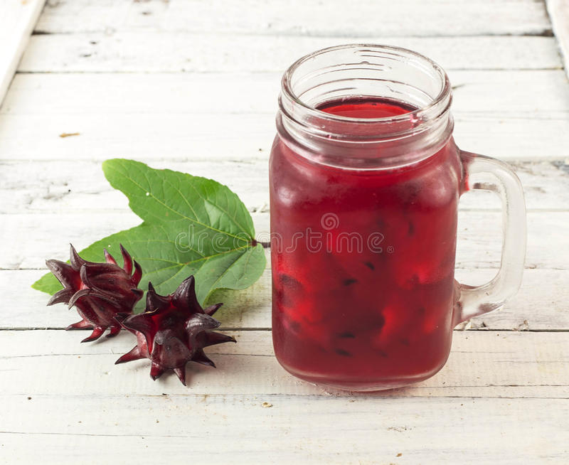 Roselle sok z świeżym roselle kwiatem obrazy stock