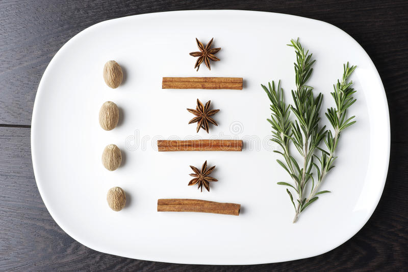 Rosemary et épices d'un plat photographie stock