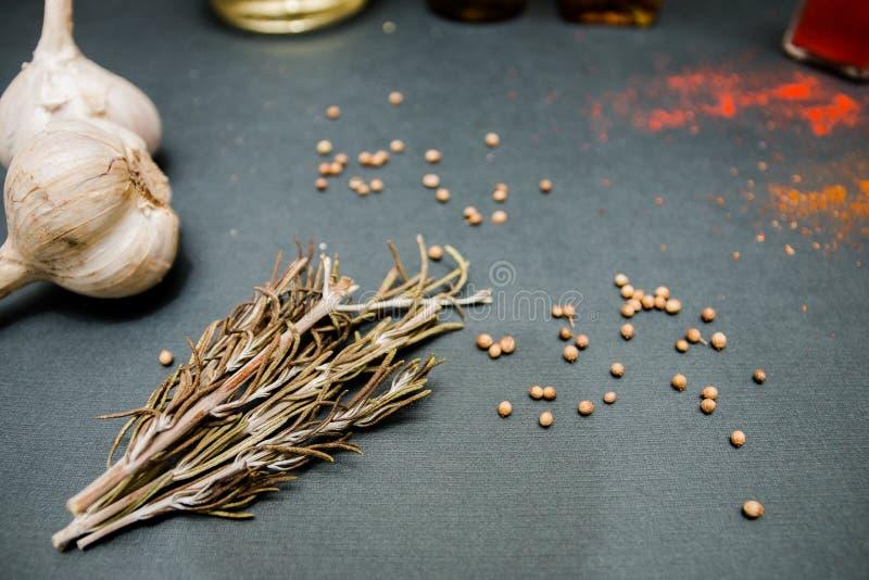 Rosemary knoflookkruiden voor een heerlijke schotel stock afbeelding