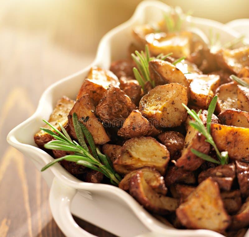 Rosemary roosterde aardappels stock afbeeldingen