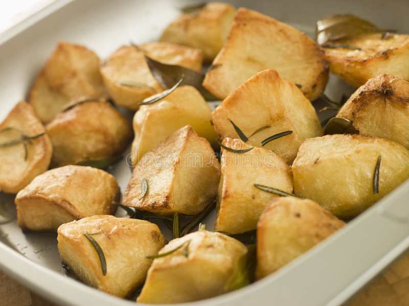 Rosemary und Knoblauch gebratene Kartoffeln lizenzfreie stockbilder