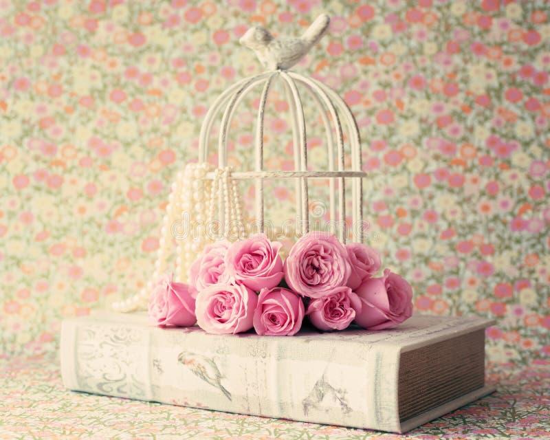 Rosen über Weinlesebuch lizenzfreies stockfoto