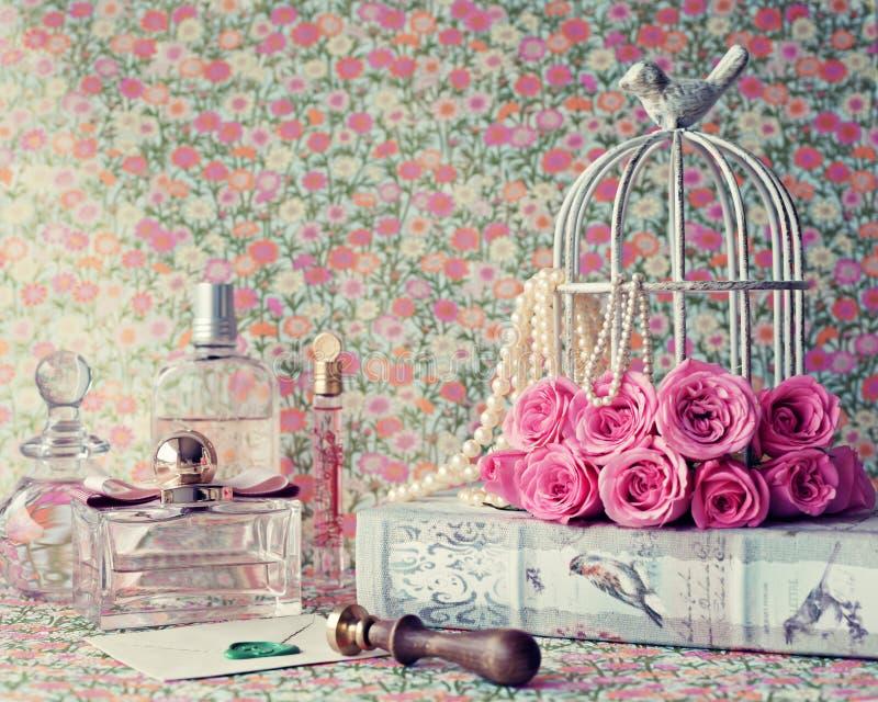 Rosen über Weinlesebuch stockfotografie