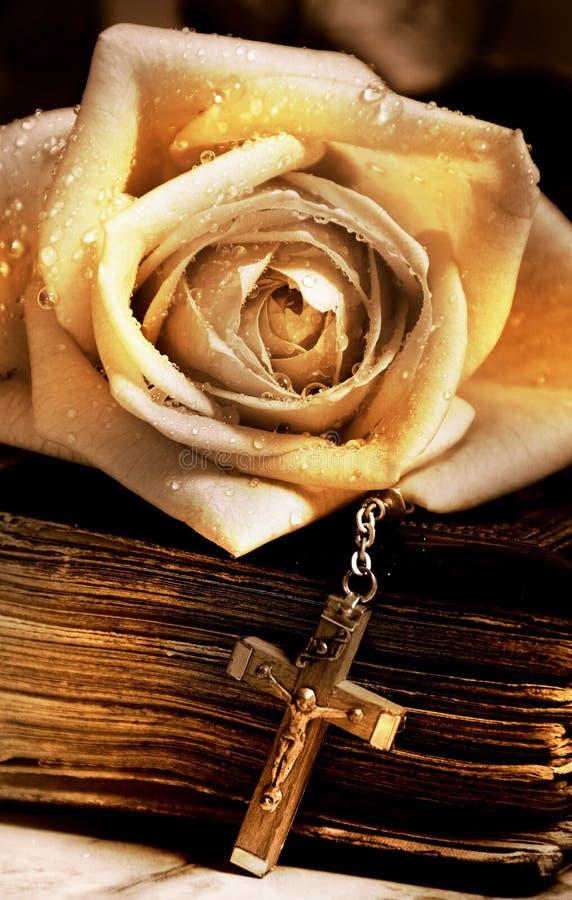 Rosen-alte Bibel und Kreuz lizenzfreie stockfotos