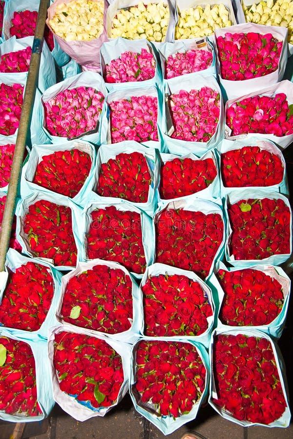 Rosen angeboten am Blumenmarkt lizenzfreie stockfotos