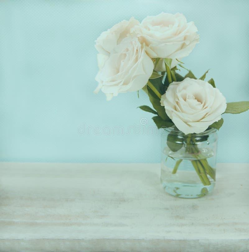 Rosen auf Glas stockbild