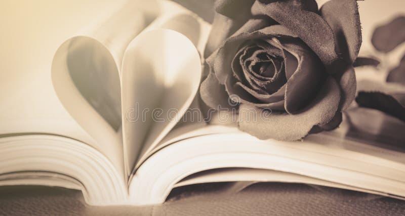 Rosen-Blume auf Herzform vom Papierbuch stockbild